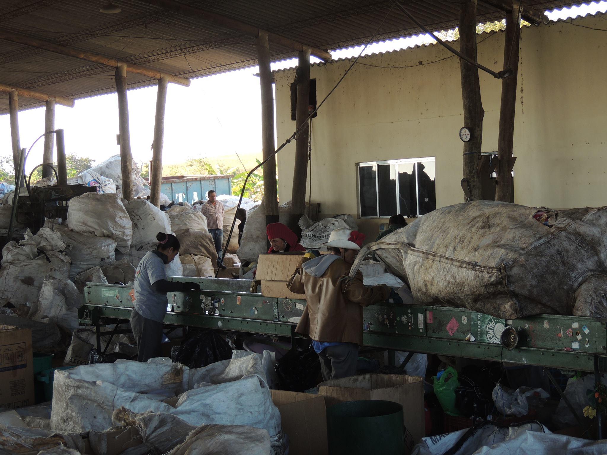 """Cooperativa """"Reciclador Solidário"""" poupa aterro de 180 toneladas de materiais por mês"""